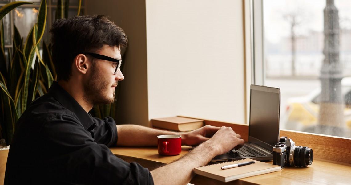 Posicionamiento SEO - hombre con computadora